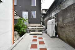 玄関は階段の先です。(2019-04-25,周辺環境,ENTRANCE,1F)