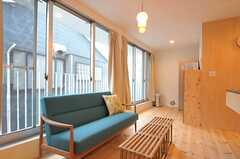 リビングの様子3。窓からはベランダへ出られます。(2011-12-23,共用部,LIVINGROOM,2F)