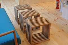 ソファーの前に置かれた木枠は、テーブルとしてもスツールとしても使えそう。(2011-12-23,共用部,LIVINGROOM,2F)