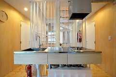 キッチンの様子。階段の向こう側に、もう一つキッチンが設置されています。(2011-12-23,共用部,KITCHEN,2F)