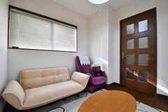 ソファの様子。隣はマッサージチェアです。(2016-11-07,共用部,LIVINGROOM,2F)
