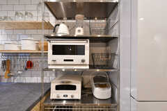 キッチン家電の様子。バルミューダのオーブンレンジ、アラジンのトースターなどデザイン家電が並びます。(2018-01-12,共用部,KITCHEN,1F)
