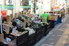 経堂駅近くのコンビニでは野菜を販売しています。(2018-01-12,共用部,ENVIRONMENT,1F)