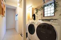 廊下には洗濯機が設置されています。(2016-02-12,共用部,LAUNDRY,1F)