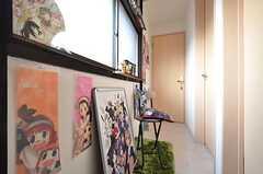 廊下の様子。入居者さんのコレクションが飾られています。(2016-02-12,共用部,OTHER,2F)