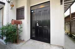 シェアハウスの正面玄関。(2013-06-27,周辺環境,ENTRANCE,1F)