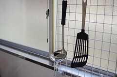 コンロ前はキッチンツールを掛けられるようになっています。(2013-06-27,共用部,KITCHEN,1F)