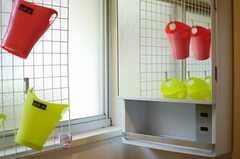 洗面台の上には、歯ブラシ入れが並んでいます。(2013-06-27,共用部,OTHER,1F)