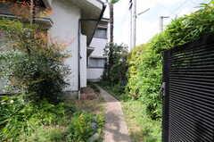 玄関までのアプローチ。(2013-04-18,周辺環境,ENTRANCE,1F)