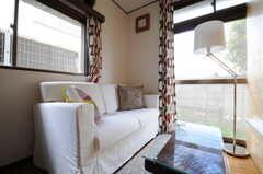 ソファの様子。掃出窓からは外に出られます。(2013-04-18,共用部,LIVINGROOM,1F)