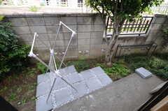 庭の様子。物干しができます。(2013-04-18,共用部,OTHER,1F)