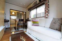 リビングの奥にはキッチンがあります。(2013-04-18,共用部,LIVINGROOM,1F)