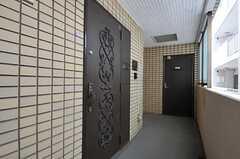 シェアハウスの玄関ドアは立体的なデザインです。(2011-10-04,周辺環境,ENTRANCE,5F)