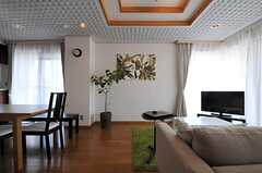 リビングの天井も不思議なデザインです。(2011-10-04,共用部,LIVINGROOM,5F)