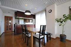 ダイニングの様子。カウンターの奥にキッチンがあります。(2011-10-04,共用部,LIVINGROOM,5F)
