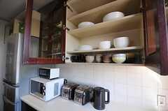 食器棚とキッチン家電の様子。(2011-10-04,共用部,KITCHEN,5F)