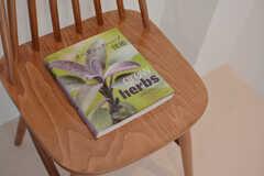 テーマは紅茶。関連したハーブについての本が置かれています。(2015-02-09,共用部,LIVINGROOM,2F)
