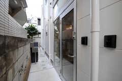 シェアハウスの正面玄関。カメラ付きインターホンがあります。(2011-01-28,周辺環境,ENTRANCE,1F)