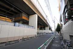 すぐ近くに首都高速道路が走っています。(2011-01-28,共用部,ENVIRONMENT,1F)