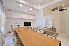 ダイニングテーブルの様子。奥の壁の上に収納が設置されています。(2017-02-03,共用部,LIVINGROOM,2F)