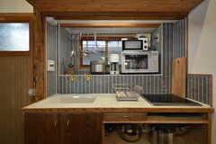 キッチンの様子2。キッチン家電は窓辺に集約されています。IHコンロの下に鍋類を収納できます。(2016-03-04,共用部,KITCHEN,1F)
