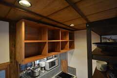 吊り棚は専有部ごとに食材などを保管できるスペースです。(2016-03-04,共用部,KITCHEN,1F)