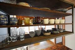 食器類はカウンター上の棚に置かれています。(2016-03-04,共用部,KITCHEN,1F)