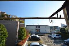 窓からの景色。隣地が駐車場のため抜けが良いです。物干しもできます。(201号室)(2016-03-04,専有部,ROOM,2F)