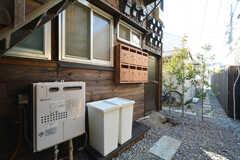 階段下にゴミ箱と郵便受けが設置されています。(204号室)(2016-03-04,共用部,OTHER,1F)