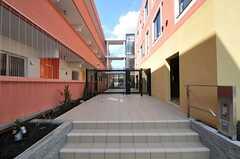 門扉の手前にポストと宅配ボックス、奥に玄関があります。(2012-03-14,周辺環境,ENTRANCE,1F)