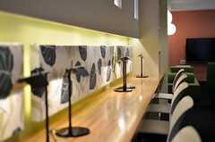 壁際のカウンター。デスクライトも用意されています。(2012-03-14,共用部,OTHER,1F)