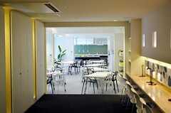 ライブラリーから見たラウンジの様子。ラウンジの奥がキッチンです。(2012-03-14,共用部,LIVINGROOM,1F)