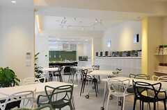 ラウンジはホワイトを基調とした爽やかな印象。グリーンも多く用意されています。(2012-03-14,共用部,LIVINGROOM,1F)