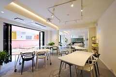 窓を開け放つと、テラス、キッチン、ダイニングが一体となった開放的な空間になります。(2012-03-14,共用部,LIVINGROOM,1F)