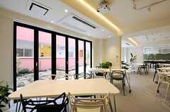 ダイニングの様子。天井の照明も面白いです。(2012-03-14,共用部,LIVINGROOM,1F)
