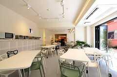 ダイニングの様子2。壁際には、部屋ごとのストッカー、その上には電子レンジ、オーブントースターが置かれています。(2012-03-14,共用部,LIVINGROOM,1F)