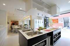 キッチンの広さは16畳。窓を開放することで、さらに広々とした印象になります。(2012-03-14,共用部,KITCHEN,1F)