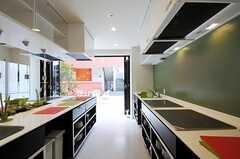 キッチンからテラスは直ぐに出られます。(2012-03-14,共用部,KITCHEN,1F)