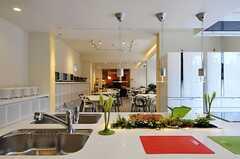 キッチン越しに見たラウンジの様子。(2012-03-14,共用部,KITCHEN,1F)