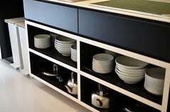 コンロ下には、食器やケトルなどを収納することができます。(2012-03-14,共用部,KITCHEN,1F)
