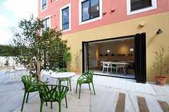 テラスの様子2。敷地の約25%を緑化したと謳われるほど、緑が豊富に植えられています。(2012-03-14,共用部,OTHER,1F)