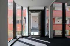 B棟へ繋がる外通路ドアの様子。(2012-03-14,共用部,OTHER,2F)