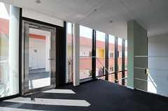 階段ホールから見たB棟へと繋がる外通路のドアの様子。オートロックになっていて、玄関と同じ鍵で開きます。(2012-03-14,共用部,OTHER,3F)