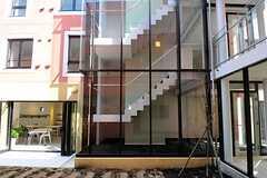 テラス越しに見たA棟の階段の様子。スケルトンです。(2012-03-14,共用部,OTHER,1F)
