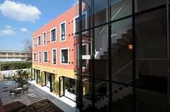 B棟から見たA棟の様子。(2012-03-14,共用部,OUTLOOK,2F)