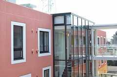 B棟から見たA棟の様子2。ガラス張りなので階段が見えます。(2012-03-14,共用部,OUTLOOK,3F)