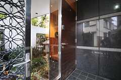 シェアハウスの玄関ドアの様子。一部はガラス張りです。(2013-10-29,周辺環境,ENTRANCE,1F)