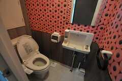 ウォシュレット付きトイレの様子。トイレットペーパーに囲まれています。(2013-10-29,共用部,TOILET,2F)