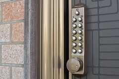 玄関の鍵はナンバー式。(2013-07-02,周辺環境,ENTRANCE,1F)