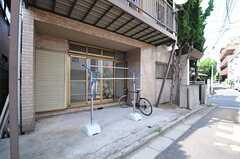 自転車置場の様子。物干しもできます。(2013-07-02,共用部,GARAGE,1F)